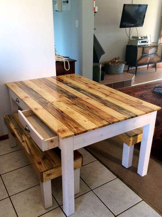 un semplice set di mobili da pranzo rustici composto da un tavolo con un piano del tavolo di colore chiaro e panche abbinate
