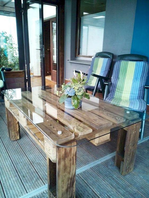 un tavolo da pranzo contemporaneo all'aperto incontra un tavolo da pranzo rustico in legno di pallet colorato e con un piano in vetro