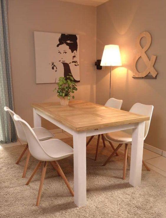 un semplice tavolo da pranzo interno-esterno con un piano in legno di pallet e una base bianca più sedie bianche