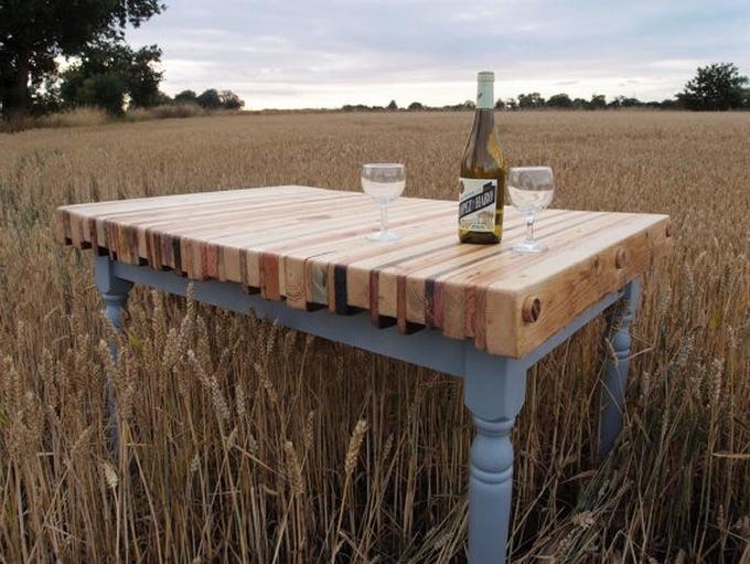 uno splendido tavolo da pranzo di ispirazione vintage fatto di raffinate gambe grigie e una struttura e un tavolo in pallet colorato colorato