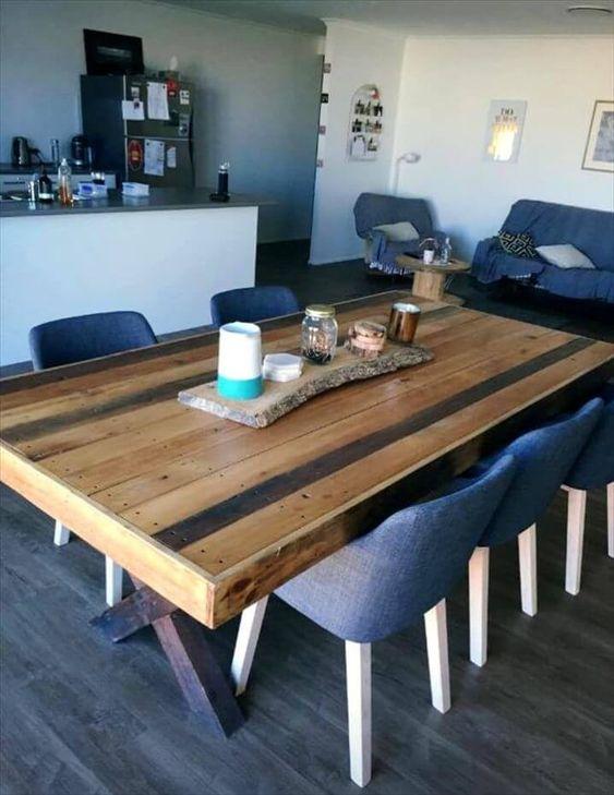 un tavolo pallet rustico con un tavolo pallet multicolore e gambe a cavalletto macchiate è molto stabile e comodo