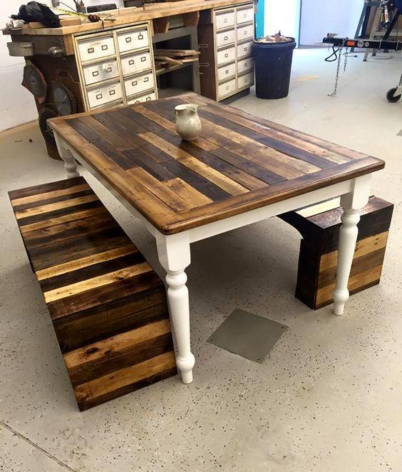 un set di mobili pallet vintage e rustico composto da un tavolo con gambe raffinate e panche su entrambi i lati con macchie audaci