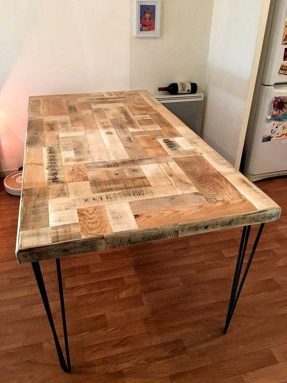 dai una nuova vita ai tuoi pallet con un fantastico piano del tavolo di ispirazione industriale e gambe a forcina per un tocco moderno