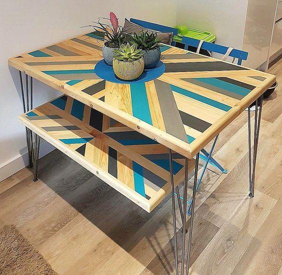 rendi audace il tuo tavolo da pranzo con pallet aggiungendo un motivo e alcuni colori, qui vedrai anche le panche abbinate
