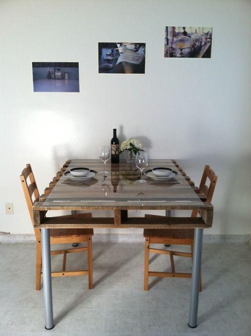 un tavolo da pranzo di un pallet per una cucina industriale, un piano in vetro e gambe in metallo più sedie in legno