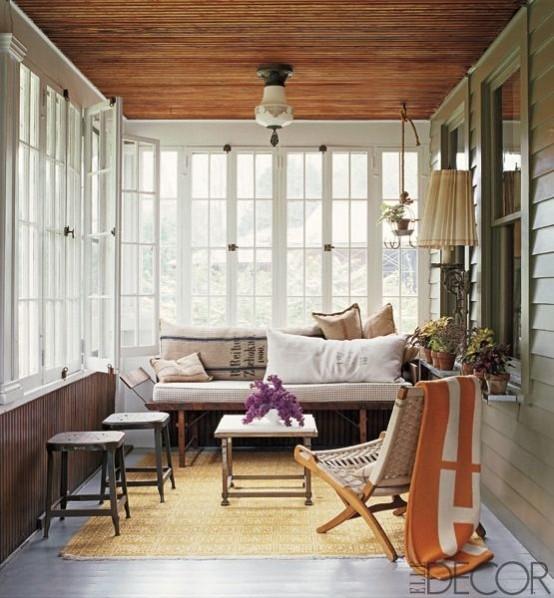 una veranda di ispirazione retrò con mobili in legno e vimini, lampade e luci e tocchi di colore