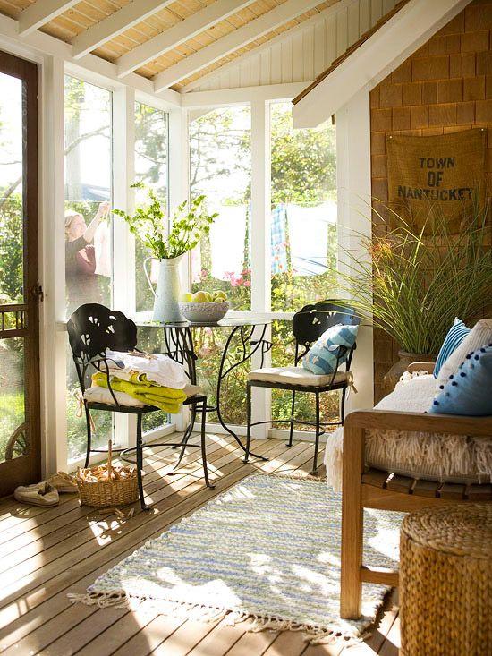 uno spazio veranda eclettico chic con sedie forgiate e un tavolo e panche in legno con tessuti e accessori