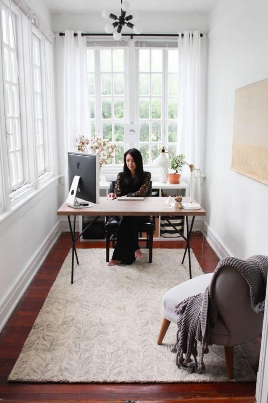 una veranda trasformata in un ufficio domestico garantisce molta aria fresca, sole e ispirazione per il lavoro