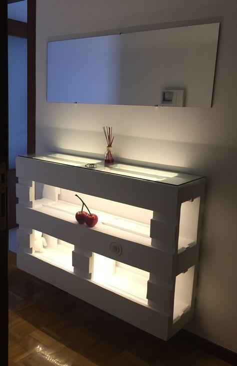una consolle pallet dipinta di bianco, con molto spazio di archiviazione, un piano in vetro e luci interne aggiuntive