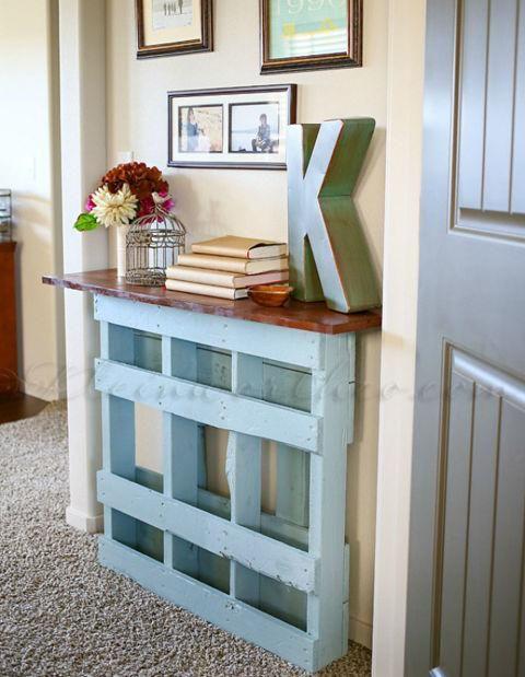 una consolle blu di ispirazione vintage di un pallet con un piano in legno dai colori intensi è l'ideale per uno spazio elegante
