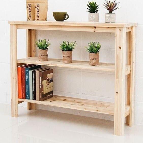 una consolle stretta costruita in legno di pallet e macchiata di una tonalità chiara per renderla più fresca