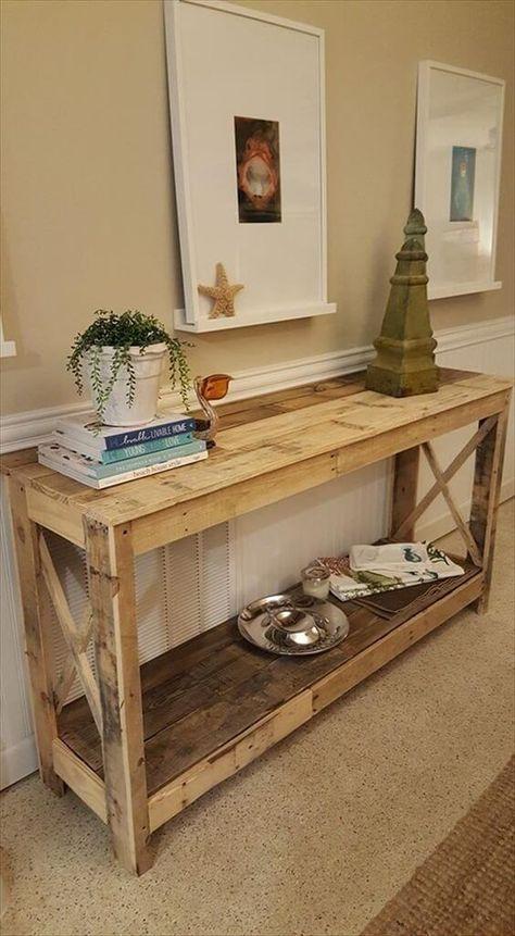 una grande consolle rustica in legno di pallet con una mensola e assi ai lati è l'ideale per uno spazio vintage