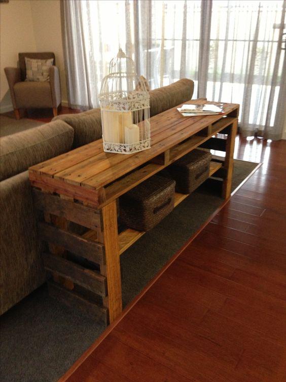 una consolle per pallet ricca di tinte con un ripiano aggiuntivo è un ottimo pezzo da posizionare dietro il divano