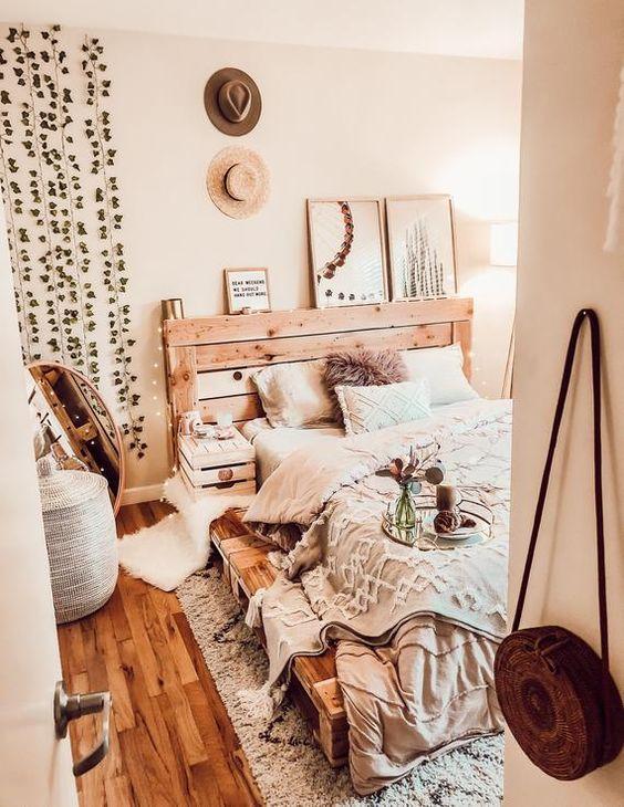 un letto costruito con pallet in legno è un'idea fresca e creativa per dargli un aspetto meno industriale