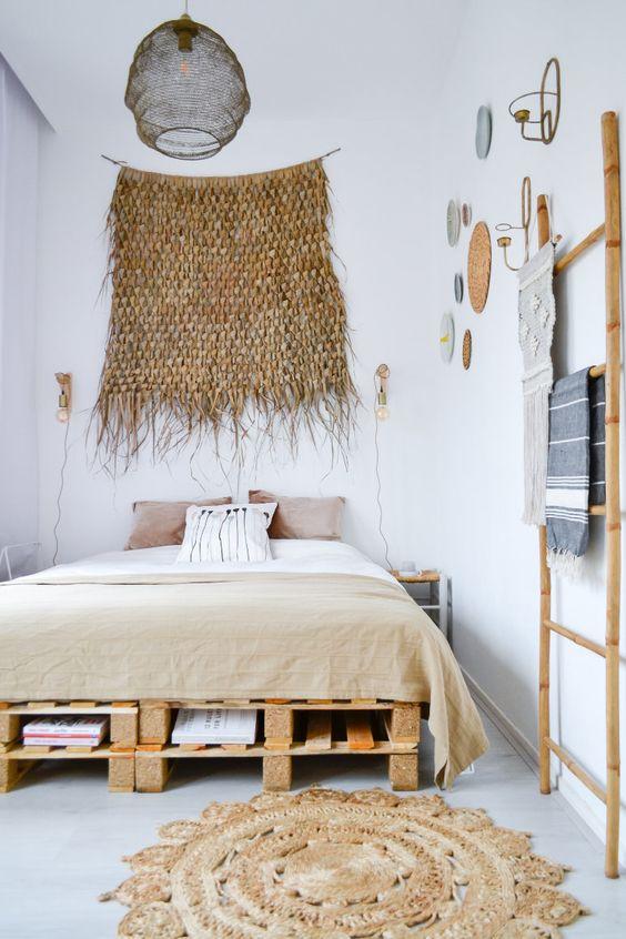 un comodo letto pallet con diversi strati di stoccaggio all'interno si adatta perfettamente a una camera da letto boho chic