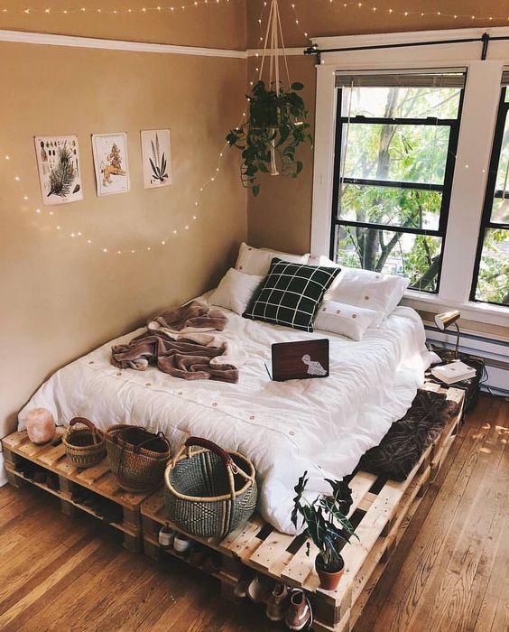 un comodo letto pallet con spazio di stivaggio all'interno e sopra - qui possono essere sistemati alcuni baksets e lampade