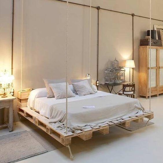 un letto pallet sospeso è un'idea creativa e chic, è molto sognante e dall'aspetto meno ingombrante