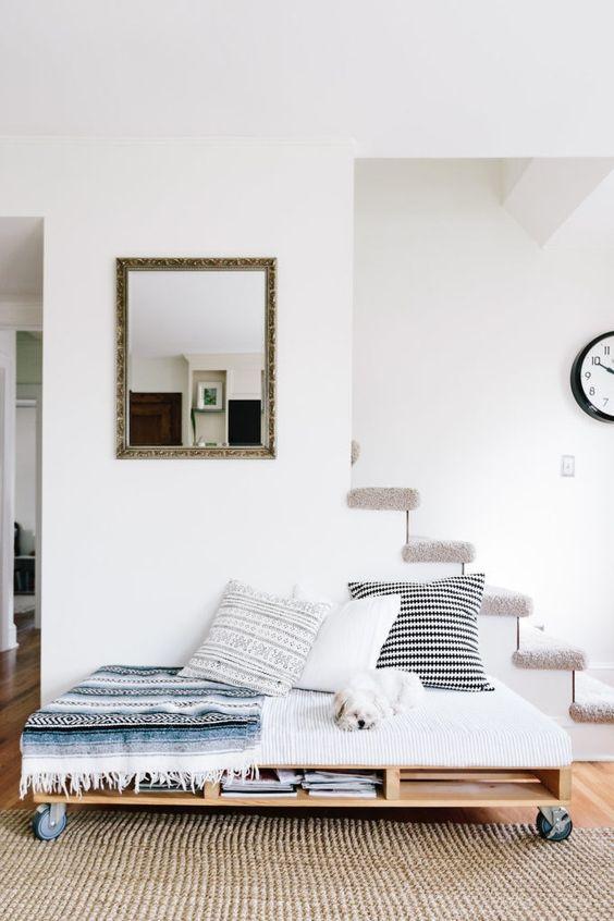 un moderno divano letto su ruote dispone di spazio sufficiente per riporre gli oggetti e cuscini stampati