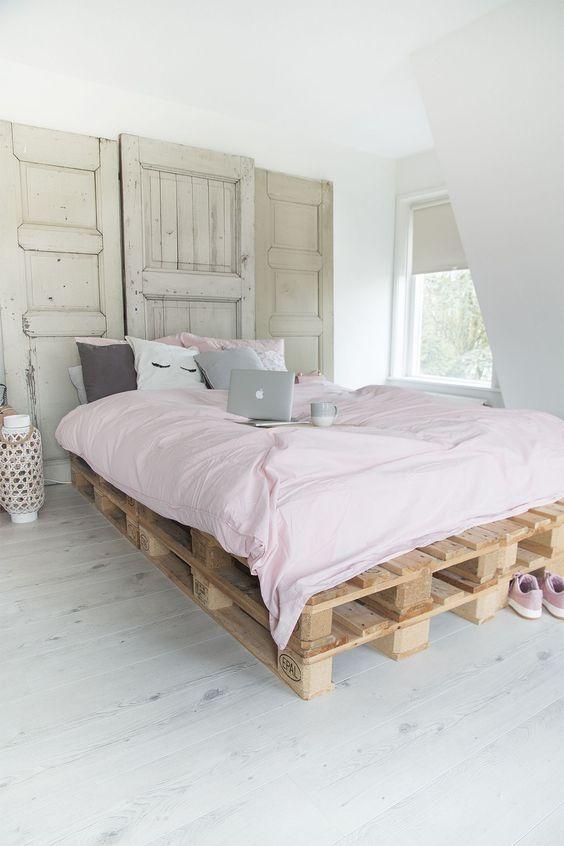 ammorbidisci l'aspetto industriale del tuo letto pallet con un po 'di biancheria da letto pastello come qui