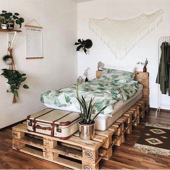 crea un letto pallet per una camera degli ospiti: darà ai tuoi ospiti molto spazio sopra e all'interno