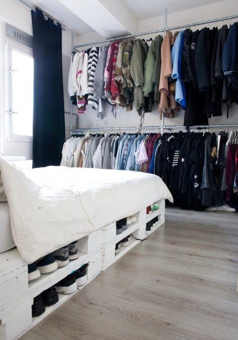 un letto pallet con spazio di archiviazione all'interno può essere utilizzato per posizionare le scarpe all'interno: un'idea interessante per risparmiare spazio nella tua camera da letto