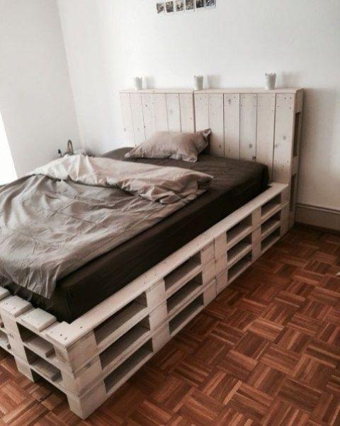 un letto pallet così rialzato con una testiera ti dà molto più spazio all'interno e rende più caldo dormire su di esso