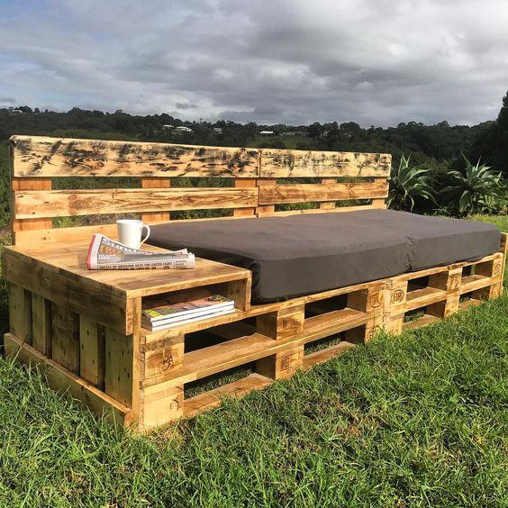 un lettino da esterno con un contenitore su un'estremità e uno schienale è un'ottima idea e un semplice progetto fai-da-te