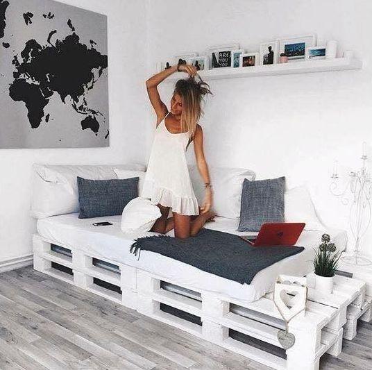 rifinisci il tuo angolo accogliente per leggere e rilassarti con un letto pallet imbiancato e un piccolo spazio di archiviazione