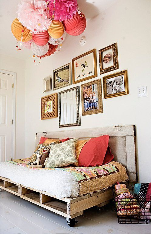 un comodo divano letto per pallet su ruote con molto spazio all'interno e tessuti colorati offre molte funzionalità
