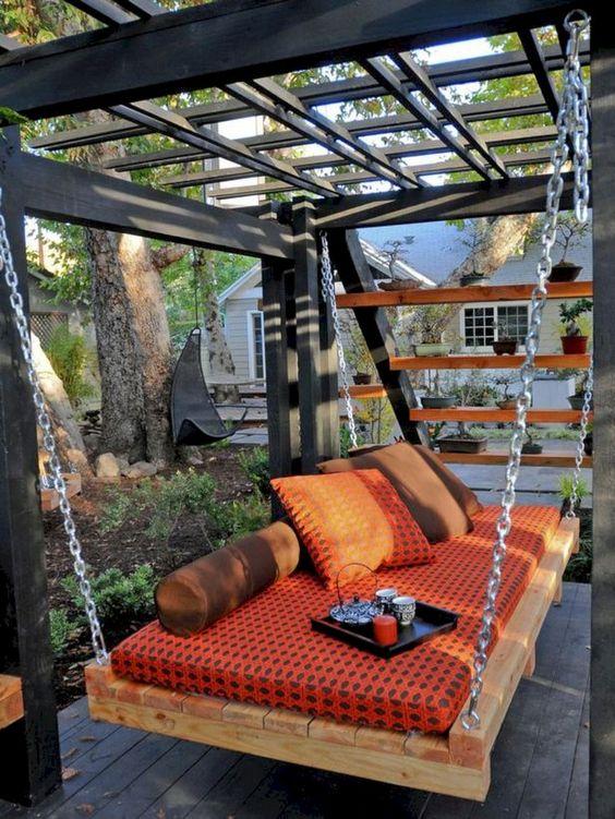 un lettino da esterno con pallet appeso a catene è un'idea super cool e rilassante per il tuo spazio