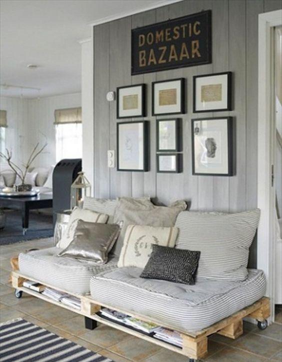 un semplice divano letto in pallet su ruote con vano portaoggetti e tessuti a righe è una bella idea per un angolo scomodo
