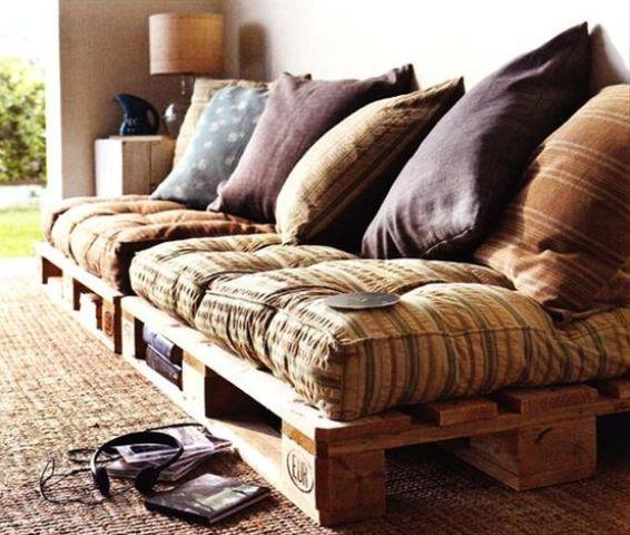 un accogliente divano letto in pallet con spazio di archiviazione, tessuti colorati e cuscini