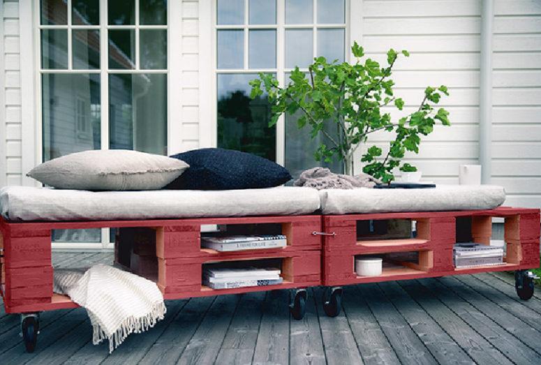 un divano letto in pallet rosso brillante con spazi di immagazzinaggio ritagliati, ruote e comodi cuscini