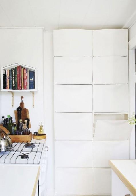 Gli scaffali IKEA Trones sono un'ottima idea di archiviazione per il rock in una piccola cucina: sono abbastanza alti e possono ospitare molte cose
