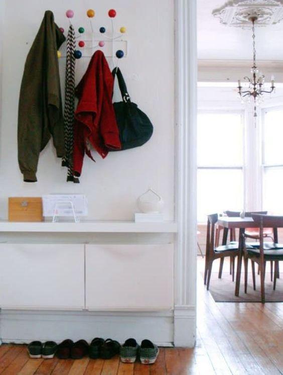 Scatole portaoggetti IKEA Trones e un piano del tavolo attaccato su di esse per un ingresso minimalista