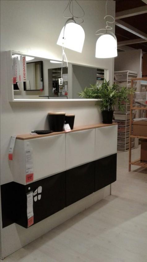 un elegante mobile IKEA Trones in bianco e nero con un piano del tavolo in legno come consolle da ingresso galleggiante