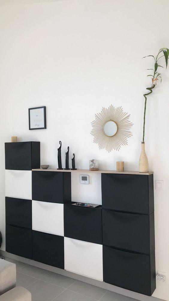 una consolle da soggiorno contemporanea composta da diverse unità IKEA Trones in bianco e nero e con un piano del tavolo in legno