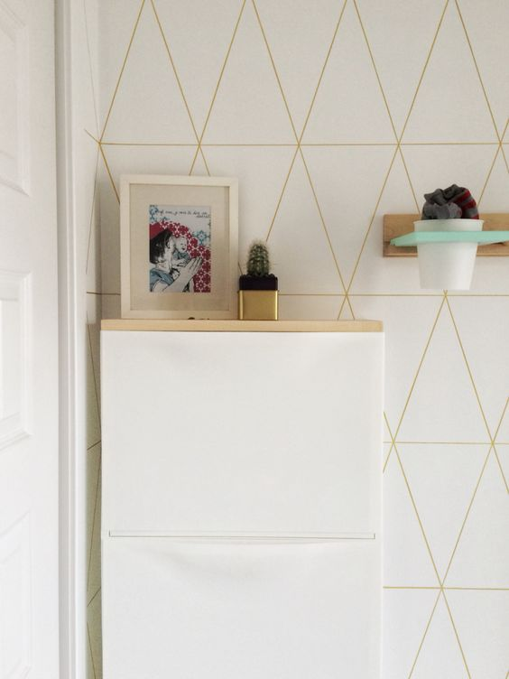 un semplice trucco IKEA Trones con un piano in legno di colore chiaro costituisce una consolle fluttuante