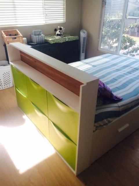 un letto per bambini con una testiera con un pezzo di Trones verde neon per riporre, che ti darà molto spazio di archiviazione