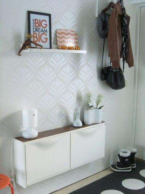 un moderno mobile IKEA Trones con un ripiano del tavolo in legno dai colori vivaci è una semplice console per un ingresso