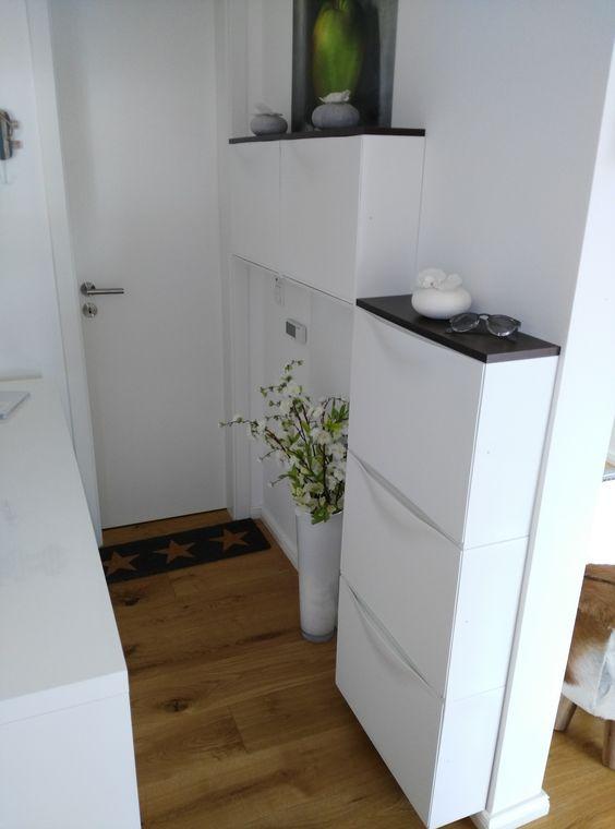 una piccola cucina realizzata con armadi IKEA Trones e piani dei tavoli neri per un tocco contemporaneo