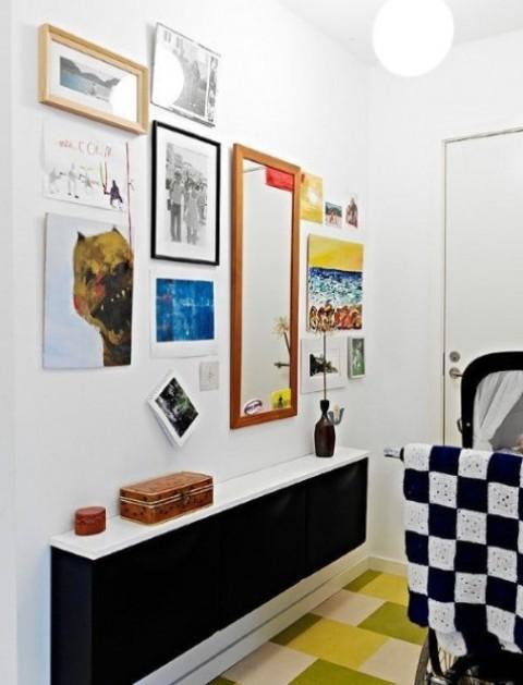 un elegante IKEA Trones nero con un piano del tavolo bianco è un'elegante console contemporanea o minimalista per un ingresso