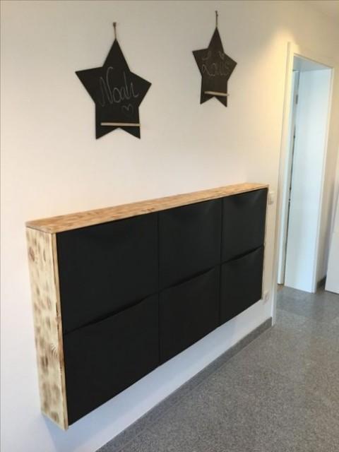 un mobile IKEA Trones in nero con un piano del tavolo a cascata in legno di colore chiaro è un'opzione scandinava audace