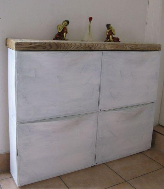 un IKEA Trones rinnovato con vernice a gesso e con un piano del tavolo in legno spesso per un look audace