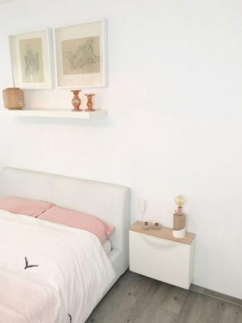crea un piccolo comodino galleggiante di un pezzo IKEA Trones, aggiungi un piano in legno per farlo sembrare più fresco