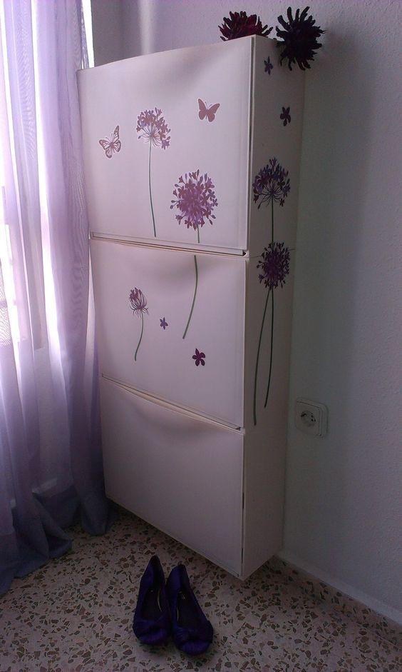 abbellisci gli armadi IKEA Trones con adesivi floreali viola per dare loro un tocco da ragazza