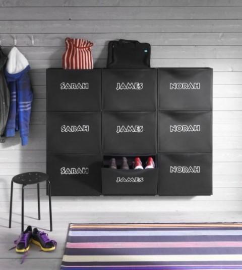 crea un bel ripiano per scarpe aggiungendo adesivi con nomi di bambini a IKEA Trones