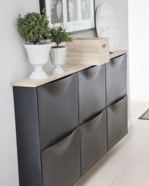 un elegante armadio IKEA Trones dipinto di nero e dotato di un nuovo piano è un pezzo elegante per uno spazio scandinavo