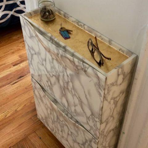 abbellisci il tuo pezzo IKEA Trones con carta da contatto con grana di marmo e legno per dargli un aspetto fresco e chic
