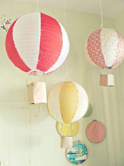 una disposizione di lampade a sospensione - mongolfiere colorate realizzate con paralumi IKEA Regolit